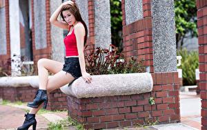 Фотография Азиаты Сидя Шатенки Руки Шорт Ноги девушка