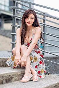 Фотография Азиатка Сидящие Платье Вырез на платье Взгляд молодые женщины