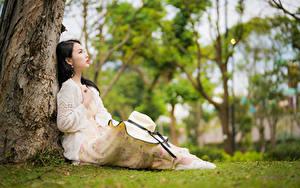 Фотография Азиатки Сидящие Платья Шляпы Боке девушка