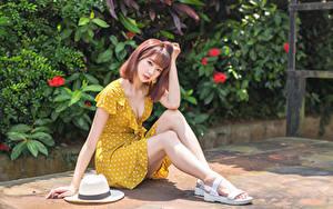 Обои Азиаты Сидит Платье Шляпе Ноги Взгляд девушка