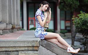 Фотография Азиаты Сидит Платье Ног молодые женщины