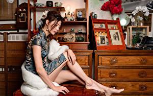 Фото Азиатки Сидящие Платья Ноги девушка