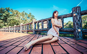 Картинки Азиатки Сидит Платье Ноги девушка