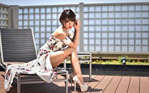 Фото Азиатки Сидящие Платья Ноги Туфель Смотрят молодая женщина