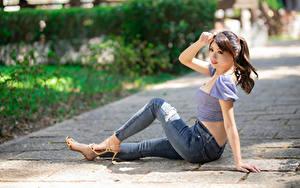 Картинка Азиаты Сидя Джинсов Блузка Руки молодые женщины