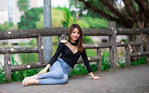 Фотография Азиатки Сидя Джинсы Блузка Улыбается Смотрит Девушки