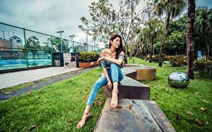 Фотографии Азиатки Сидящие Джинсов Ног девушка