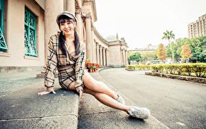Фото Азиатки Сидящие Ног Платье Кепкой Смотрит Девушки