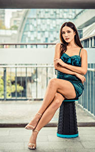 Обои для рабочего стола Азиатка Сидит Ноги Платья Взгляд молодые женщины