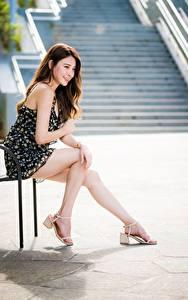 Обои Азиатки Сидящие Ног Платья Улыбается Миленькие Шатенки девушка
