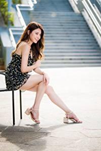 Обои Азиатки Сидящие Ног Платья Улыбается Миленькие Шатенки