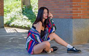 Фотография Азиаты Сидит Ног Рубашка Смотрит Девушки