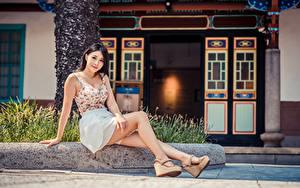 Картинки Азиаты Сидя Ног Смотрят молодые женщины
