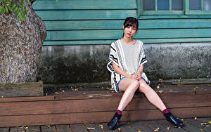 Картинки Азиаты Сидит Ног Взгляд девушка