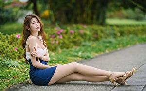 Картинки Азиаты Сидит Ноги Смотрит Шатенки молодые женщины