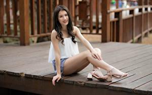 Картинка Азиатка Сидит Ноги Смотрит Улыбка молодые женщины
