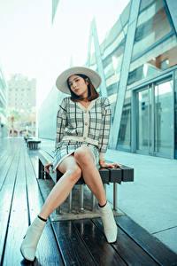 Картинка Азиатки Сидящие Ноги Шляпе Взгляд Девушки