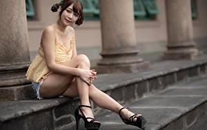 Фото Азиаты Сидящие Ноги Шортах Шатенка Причёска