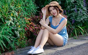 Фото Азиаты Сидящие Ног Шорты Майки Шляпа Смотрит Красивый Девушки