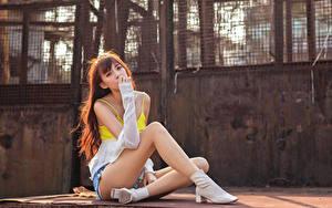 Фотографии Азиатка Сидит Ног Майки Взгляд Шатенки молодая женщина