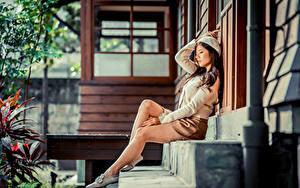 Фотографии Азиатки Сидящие Ног Юбки Берет Лестницы девушка