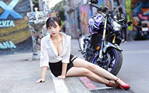 Фото Азиатка Сидит Ноги Юбка Блузка Вырез на платье Смотрят Девушки