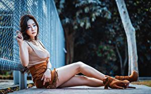 Картинка Азиаты Сидящие Ног Юбки Майке Туфли Ограда молодая женщина