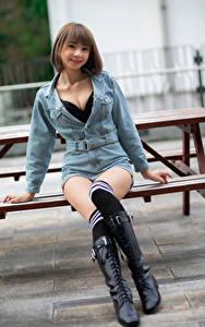 Обои Азиаты Сидит Ноги Сапог Гольфах Улыбается Смотрит Девушки