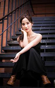 Обои Азиаты Сидит Лестницы Руки Смотрит девушка