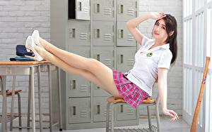 Фотография Азиатки Сидящие Туфли Ноги Юбке Футболке Руки Взгляд молодая женщина