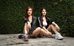 Фото Азиатки Сидит 2 Ноги Косы Взгляд Красивый молодые женщины