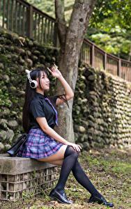 Картинки Азиатка Сидящие Униформе Школьницы Гольфы В наушниках молодые женщины