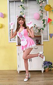 Обои для рабочего стола Азиатки Улыбка Поза Платья Ноги Девушки