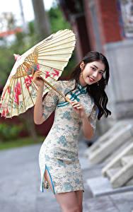Фотография Азиатка Улыбается Зонтом Платье Смотрит Девушки