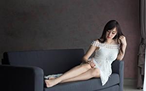 Фотография Азиаты Диван Платья Ноги Брюнеток девушка