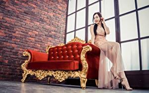 Обои Азиатки Диване Позирует Сидящие Платья Ног девушка