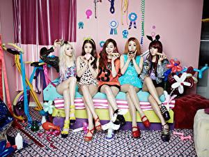 Фотографии Азиаты Диване Сидящие Блондинки Шатенки Ноги Туфель Ladies' Code, South Korea Знаменитости Девушки