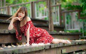 Фотографии Азиатки Лестницы Поза Платья Смотрит Боке девушка