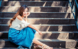 Фото Азиатка Лестницы Сидит Взгляд Шатенки