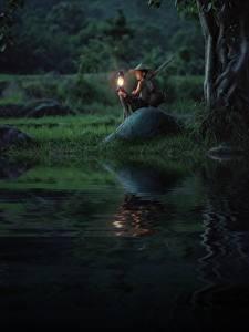 Обои Азиатка Камень Керосиновая лампа Ночью Мальчики Шляпа Сидит ребёнок