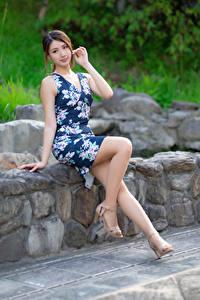Картинка Азиатки Камень Сидящие Ног Платья Смотрит Боке девушка