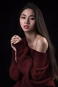 Картинки Азиаты Свитер Руки Волосы Взгляд молодые женщины