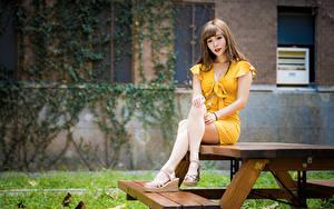 Обои Азиатки Стол Сидя Ноги Платье Смотрят Девушки