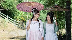 Фотографии Азиаты Двое Брюнетки Зонт Миленькие Девушки