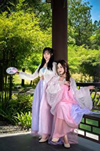 Обои Азиатки Вдвоем Платье Взгляд девушка