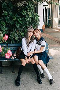Фотографии Азиатка 2 Ученица Униформе Скамья Сидит Смотрит девушка