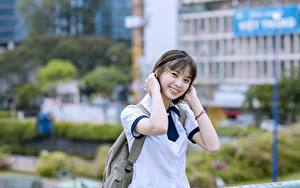 Картинки Азиаты Размытый фон Брюнетка Взгляд Улыбка Рука Vietnamese девушка