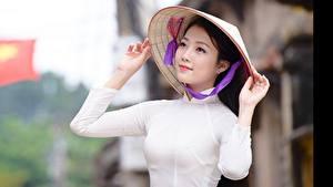 Фотографии Азиатки Размытый фон Брюнетка Рука Шляпа Взгляд Vietnamese Девушки