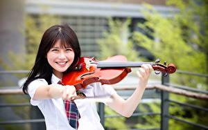 Картинки Азиатка Скрипки Улыбается молодые женщины