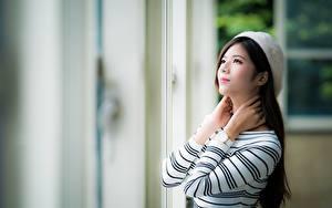 Фото Азиатка Наручные часы Боке Шатенка Смотрит Руки девушка